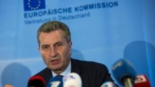 O Comissário para a Energia da União Europeia, Guenther Oettinger, durante coletiva de imprensa depois das negociaçãos em Bruxelas, na sexta-feira, 30 de maio de 2014.