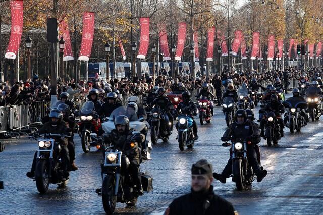 Centenas de motociclistas pilotando suas Harley-Davidson, uma das paixões de Johnny Hallyday, descem a avenida Champs Elysées em Paris acompanhando o carro funerário com o caixão do cantor.