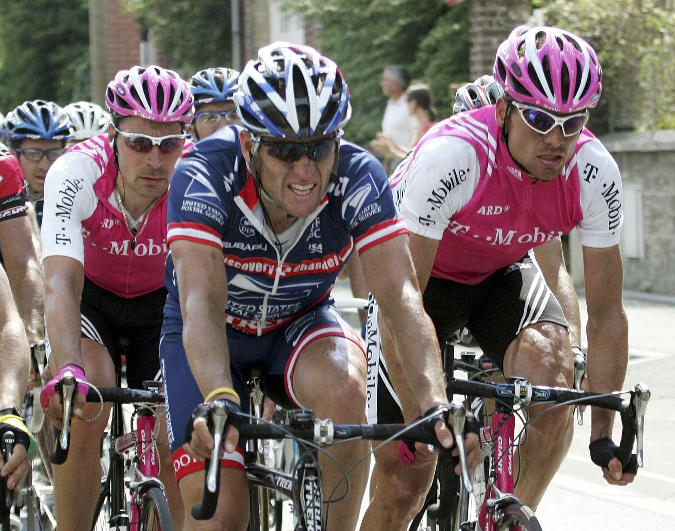 Lance Armstrong và Jan Ullrich (phải) nhân kỳ Vòng đua nước Pháp 2004 (REUTERS)