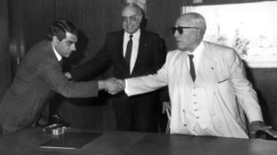 Le Premier ministre tunisien Zine El Abidine Ben Alí (G),serrant la main du président Habib Bourguiba (D), le 1er janvier 1986.