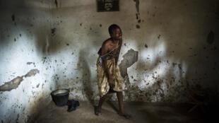 Le Visa d'Or humanitaire du CICR récompense cette année le travail de William Daniels en République Centrafricaine. Une femme pleure la mort d'un proche poignardé par des musulmans alors qu'il dormait dans la maison familiale.