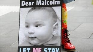 Biểu ngữ kêu gọi thủ tướng Malcolm Turnbull, cho phép trẻ sơ sinh người tị nạn được định cư tại Úc.