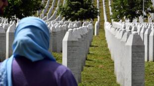Una mujer frente al cementerio de Potocari-Srebrenica, creado para honrar a las víctimas de la masacre de Srebrenica de 1995, el 26 de mayo de 2021