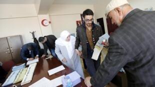 Une forte affluence était signalée ce dimanche matin pour les élections locales en Turquie. Sur la photo, un bureau de vote à Istanbul.