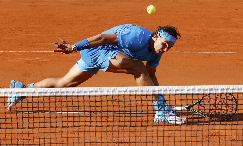 Rafael Nadal, em lance na partida contra o americano Jack Sock no torneio de Roland Garros.