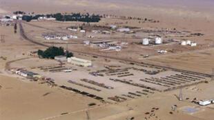 Vue aérienne d'une raffinerie de pétrole à Dakhla dans le désert libyen.