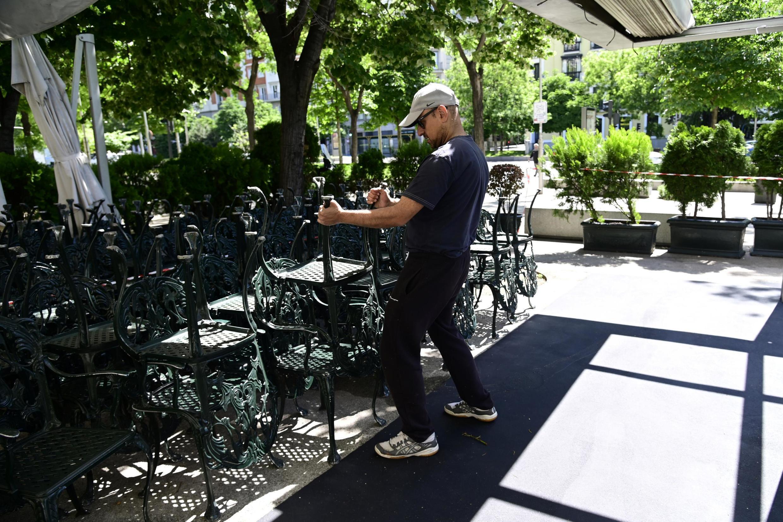 Một nhân viên nhà hàng ở Madrid chuẩn bị cho việc mở cửa lại bắt đầu từ ngày 25/05/2020.
