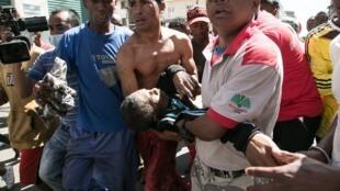 Os confrontos resultaram em dois manifestantes mortos e outros 16 feridos, segundo o balanço provisório de fonte hospitalar.