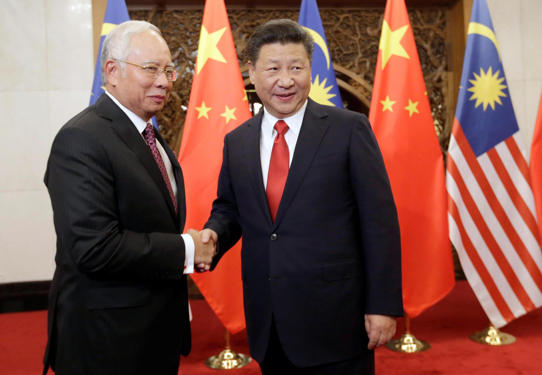 Thủ tướng Malaysia, Najib Razak (T) và chủ tịch Trung Quốc, Tập Cận Bình, Bắc Kinh, ngày 03/11/2016.