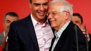 Josep Borrell, tête de liste des socialistes espagnols pour les européennes du 26 mai 2019 (d) enlace le Premier ministre Pedro Sanchez après l'annonce des résultats, à Madrid.
