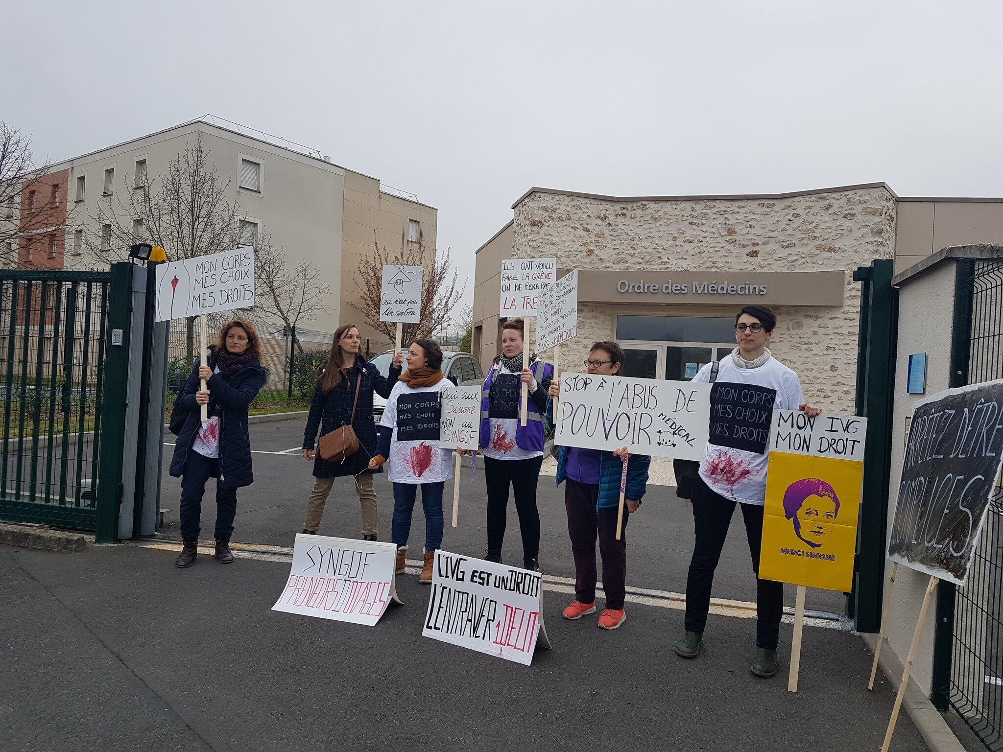 Manifestantes fizeram protesto em frente ao Conselho Nacional da Ordem dos Médicos para exigir sanções ao sindicato de ginecologistas.