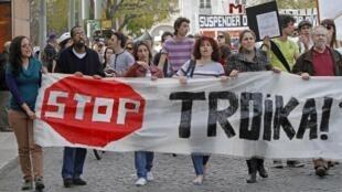 Portugueses protestam em Lisboa contra medidas de austeridade.