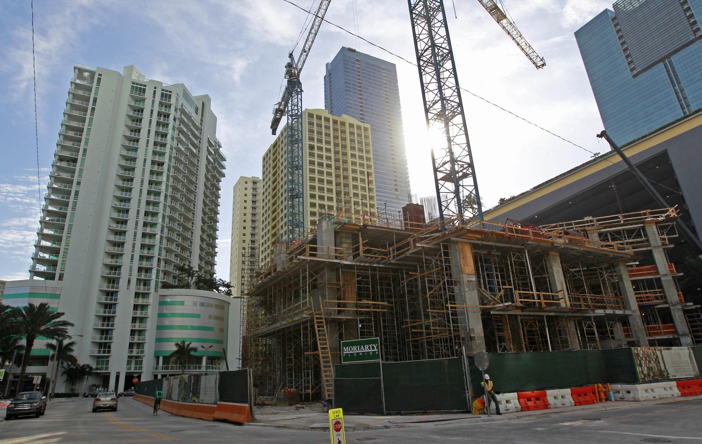 O mercado imobiliário de Miami atrai brasileiros que fogem dos preços preços altos no Brasil.