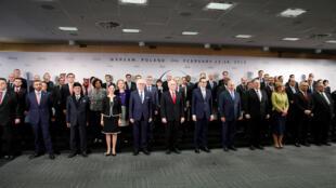 La «photo de famille» de la rencontre internationale de Varsovie, impulsée par les Etats-Unis, sur la paix et la sécurité au Moyen-Orient, le 14 février 2018.
