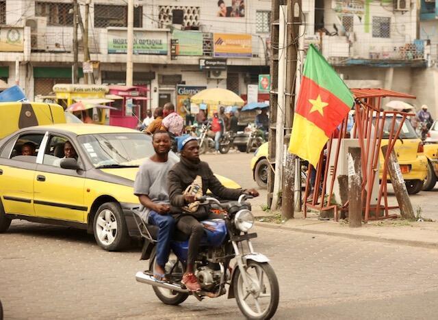 Dans les rues de Douala, le port du masque n'est pas obligatoire.