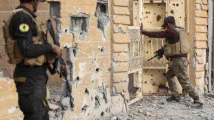 En Irak, fuerzas antiterroristas regulares desplegadas en el barrio de Hoz en el centro de Ramadi, este 27 de diciembre de 2015.