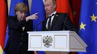 A chanceler alemã, Angela Merkel, gesticula durante a coletiva de imprensa ao lado do presidente russo Vladimir Putin, neste domingo, 10 de maio de 2015.