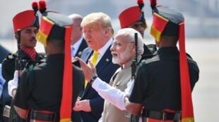 O Presidente americano Donald Trump acolhido pelo primeiro-ministro indiano, Narendra Modi, à chegada ao aeroporto de Ahmedabad neste 24 de Fevereiro.
