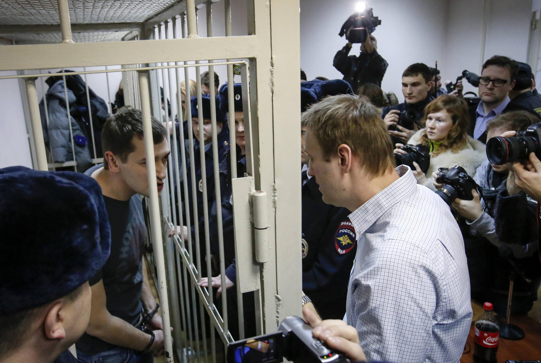Alexeï Navalny parle à son frère Oleg, après le verdict rendu par la cour, condamnant ce dernier à trois ans et demi de prison ferme, le 30 décembre 2014.