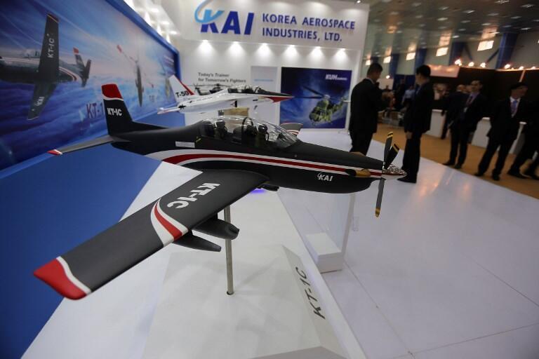 គំរូយន្តហោះចម្បាំងFA-50របស់ក្រុមហ៊ុន Korea Aerospace Industries (KAI)  បង្ហាញនៅឆ្នាំ២០១៥