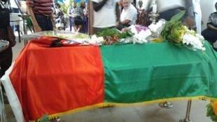Caixão contendo restos mortais de Henrique Rosa durante o velório em sua casa em Bissau