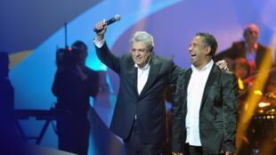 Enrico Macias song ca với Khaled nhân kỳ trao giải Victoires de la Musique 2013.