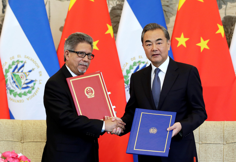 El canciller salvadoreño Carlos Castaneda y su par chino Wang Yi en una ceremonia para establecer vínculos entre ambos países, en Pekín, este 21 de agosto de 2018.