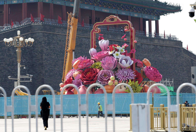 中国北京天安门广场上的庆祝国庆装置资料图片
