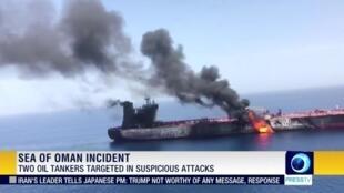 Imagem retirada de um vídeo mostra dois petroleiros em chamas no mar no Golfo de Omã.