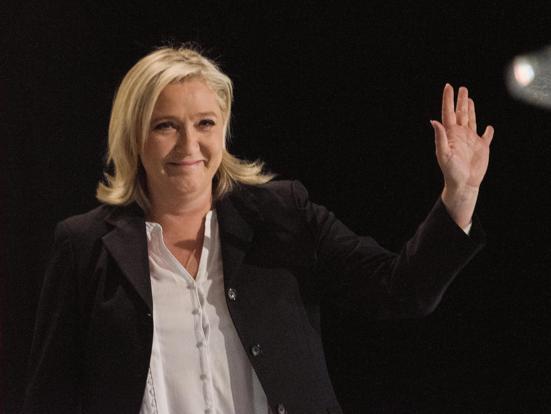 Марин Ле Пен во время празднования результатов первого тура региональных выборов в Энен Бомоне на севере Франции 6 декабря 2015 года