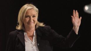 La présidente du Front national Marine Le Pen triomphante au soir du premier tour des élections régionales, le 6 décembre 2015 à Hénin-Beaumont.