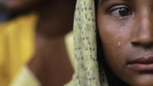 Una joven, desplazada a causa de la reciente violencia en Birmania, llora al llegar al campo de refugiados de Thaechaung el 28 de octubre de 2012.