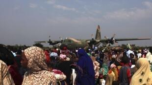 Depuis plusieurs jours, des milliers de Tchadiens attendent leur évacuation de Centrafrique, à l'aéroport de Bangui.