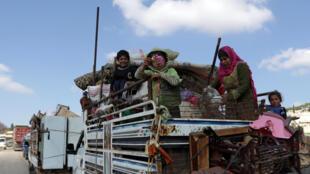 3月13日,敘利亞Afrin坐着拖拉機逃離戰火的難民。