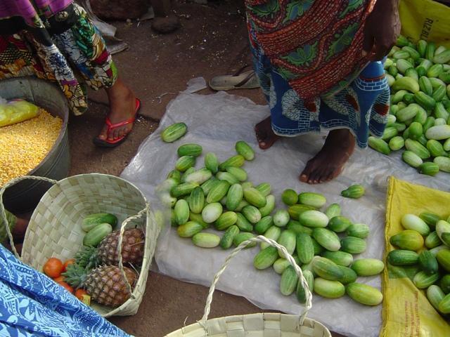 Vendeuse de légumes et  de fruits au marché en Guinée.