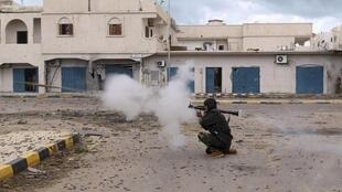 Los combatientes del CNT tomaron el cuartel general de la policía de Sirte el 11 octubre de 2011.