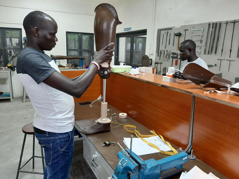 Le Physical Rehabilitation Reference Centre accueille des dizaines de handicapés pour leur fournir des prothèses, des orthèses, des fauteuils roulants ou encore des béquilles à Juba, au Soudan du Sud.