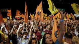 Partidarios de la Mesa de la Unidad Democrática (MUD), coalición de partidos políticos de la oposición, este 3 de diciembre de 2015 en Caracas.