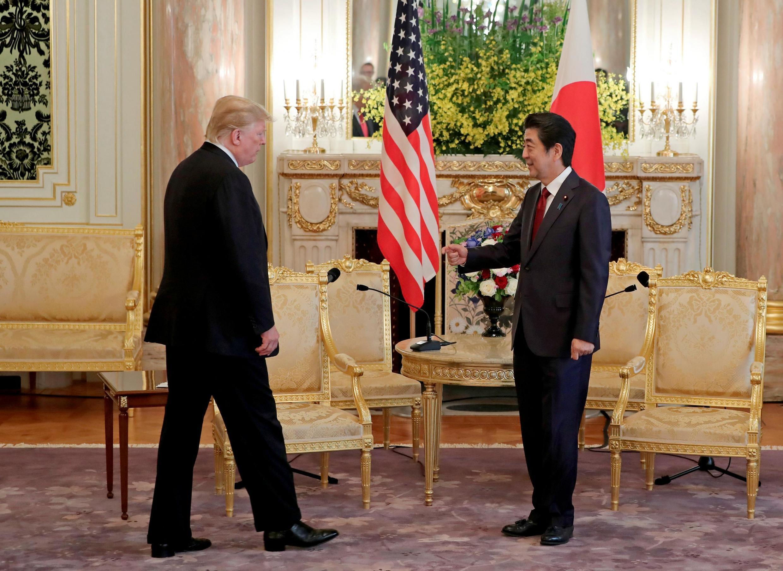 Thủ tướng Nhật Shinzo Abe (P) tiếp tổng thống Mỹ Donald Trump tại nhà khách chính phủ, Tokyo ngày 27/05/2019.