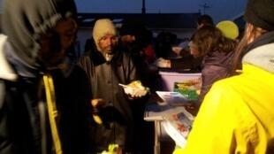 Distribuição de comida para migrantes em Calais.