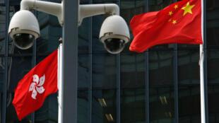資料圖片:港府外的監控攝像頭與特區旗幟及中國國旗。