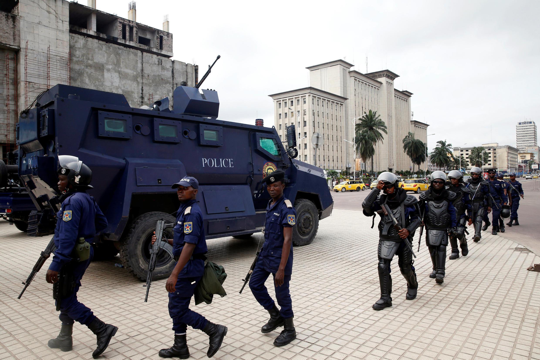 Maafisa wa polisi karibu na makao makuu ya Tume ya Uchaguzi, CENI, huko Kinshasa.