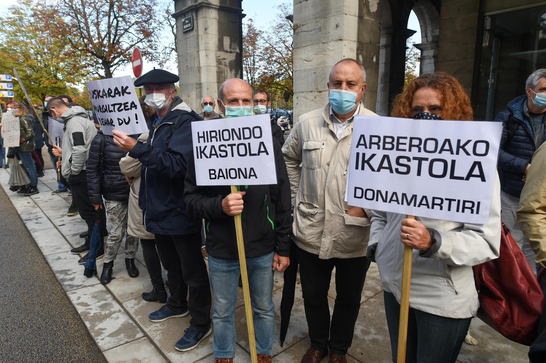В октябре 2020 г. по французским регионам прокатилась волна акций протеста против нового закона, сократившего часы преподавания региональных языков во французских школах. На фото - акция в защиту преподавания баскского языка в Байонне