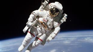 L'astronaute de la NASA Bruce McCandless II, lors de sa première sortie sans attache dans l'espace, le 7 février 1984.