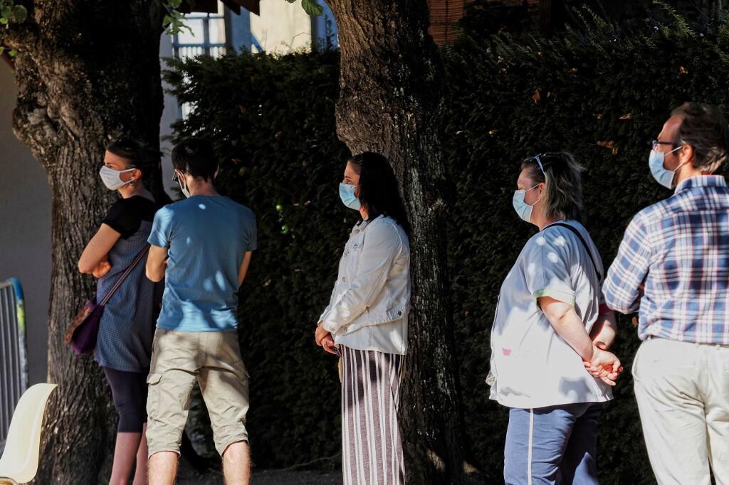 Во Франции «вторая волна» весьма вероятна, утверждает Научный совет. На фото: люди стоят в очереди на тестирование наличия Covid-19. Город Монтаржи. 07.07.2020