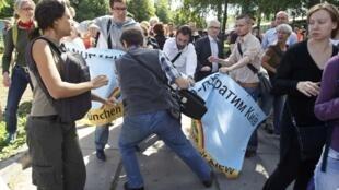 Столкновения между участниками марша и религиозными активистами