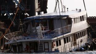 Un des deux ferries coulé sorti de l'eau le 2 octobre 2012.