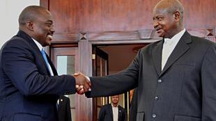 Rais Joseph Kabila (kushoto) na Rais wa Uganda Yoweri Museveni (kulia) wakati wa ziara yake ya mwisho mwaka 2013.