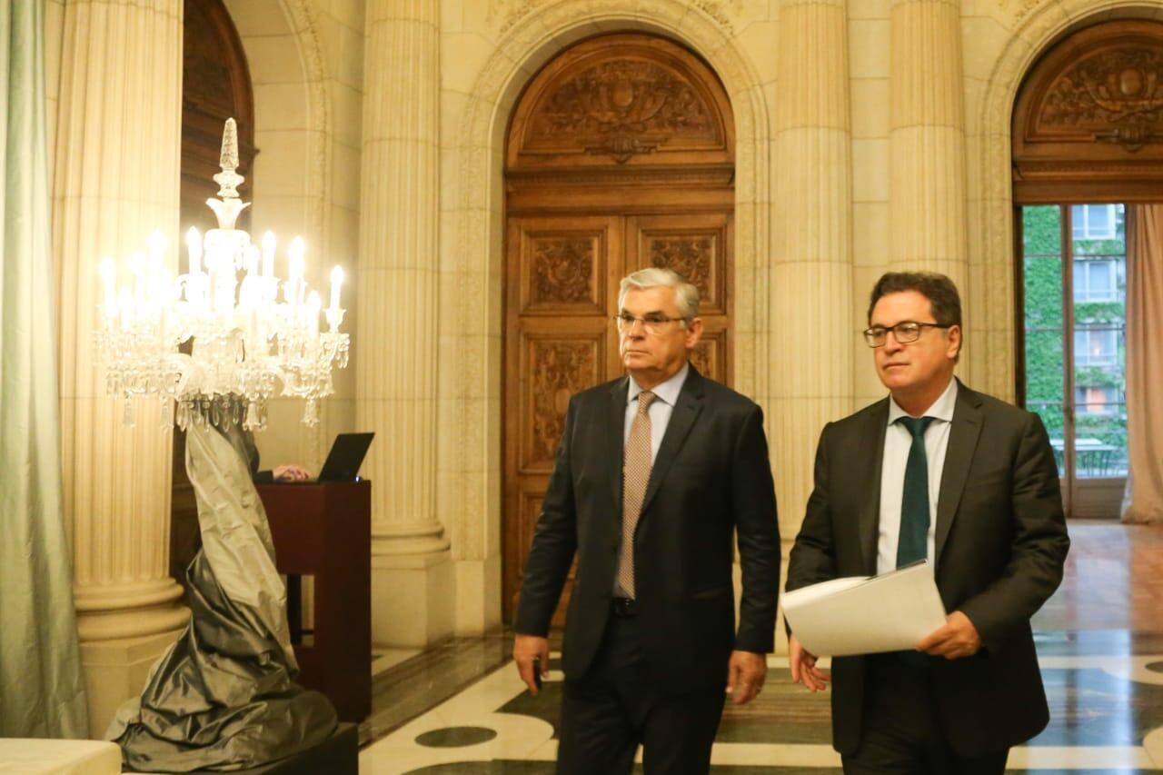 Governador catarinense Eduardo Pinho Moreira (à esq.) e Ministro do Turismo Vinícius Lummertz fazem ação de promoção em Buenos Aires.