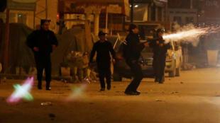 A Tunísia registrou novos distúrbios na noite desta quarta-feira entre manifestantes e policiais em várias cidades, no terceiro dia de protestos provocados por medidas de austeridade adotadas pelo governo.